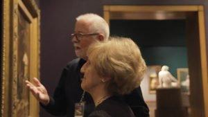 Nicole et M. Martin qui lui donne des explications. On ne voit pas la toile