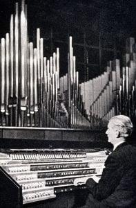 Photo d'André Marchal à l'orgue