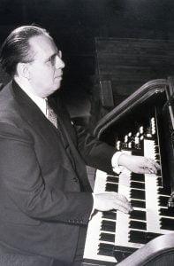Photo de Paul Doyon à l'orgue