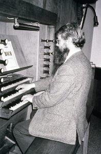Photo de Henning Riiser à l'orgue