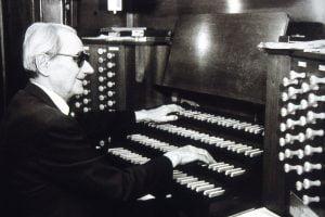 Photo de Gaston Litaize aux orgues de Saint-Jean de Düsseldorf