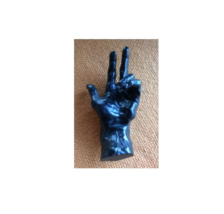 Main de Rodin, ouverte, présentée à l'horizontale, paume vers le haut, auriculaire et annulaire repliés