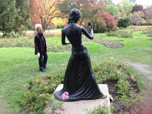 Nicole regarde cette jeune femme de face qui est photographiée de dos