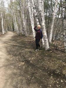 Nicole appuyée sur un bouleau au Mont St-Bruno